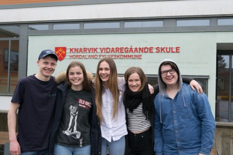 FORVENTNINGSFULLE ELEVAR: Andreas Angeltvedt, Leah Sophie Wohlgemuth, Silje Nordal, Thea Risøy og Eduard Andacs reiste som elevrepresentantar for å sjå skulen sitt arbeid i Romania.