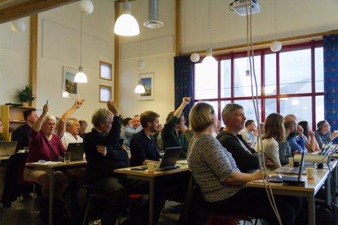 Torsdag vedtok kommunestyret i Lindås at innvandrarar i framtida skal få velje mellom bokmål og nynorsk som målform i norskopplæringa.