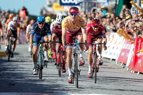 Torsdag syklar ryttarane i Tour des Fjords gjennom Gulen, med start av andre etappe i Brekke.