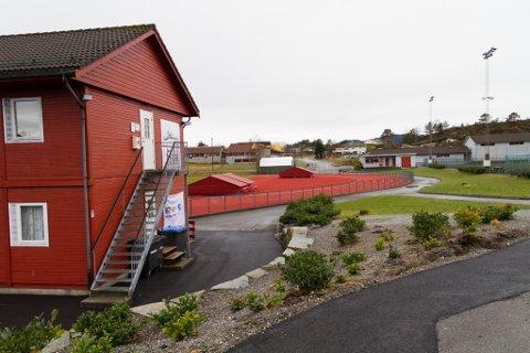 Då ein fotballkamp krasja med eit friidrettsstemne i Knarvik idrettspark, blei det dårleg stemning.