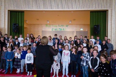 Tysdag opna den nye hallen på Leiknes - eit bygg skulelevar og bygdefolk har lengta etter i så mange år. Torsdag skal saka om skjeking i Storstova opp i kommunestyret i Lindås.