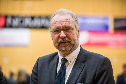 Fylkesmann Lars Sponheim vart nokre minutt for sein til møtet fordi han først møtte opp i Nordhordlandshallen.