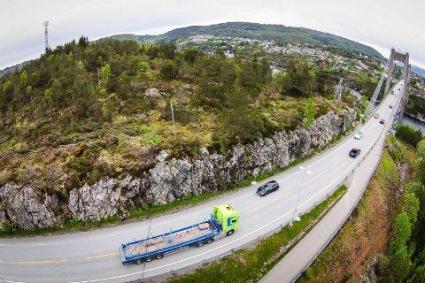 STIG I PRIS: Strekka Marås - Soltveit er på kort tid vorte nesten dobbelt så dyr i pris som opphaveleg planlagt. Framleis står det att kvalitetssikring av fleire av vegprosjekta i pakken. Her frå Flatøy retning Knarvik.