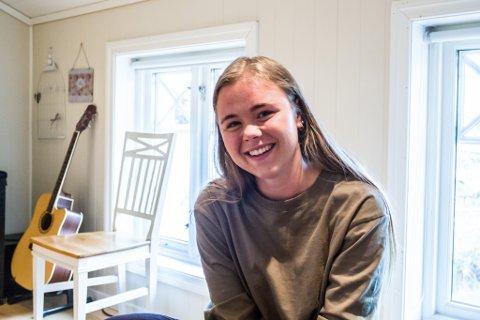 Serlina fortel at ho er ei heilt vanleg jente, som likar å drikke kaffi, sjå på Teen Wolf og ete hamburgar med pommes frites til middag.