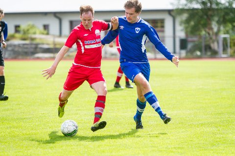 Aleksander Vågenes (t.v.) reduserte mot Sund på Knarvik stadion, men det heldt ikkje til siger. Her i kamp mot Vadmyra.