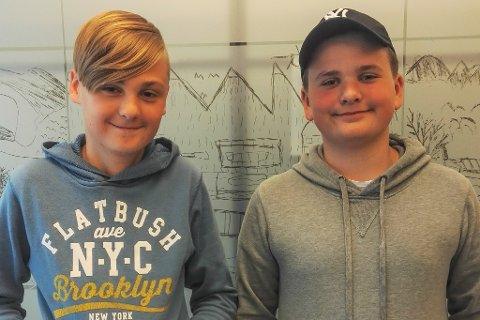 Isak Brakstad Dal (12) og Noah Johan Selvik Tjore (12) arrangerte sjakkturnering for heile skulen. Det viste seg å slå skikkeleg an!