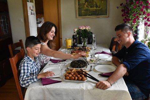 Familien Layous lagar ikkje lenger berre syrisk mat til seg sjølve, men leverer mat til dei i området rundt som ønsker det. Allereie har dei levert mat til fleire selskap på 50–60 personar.