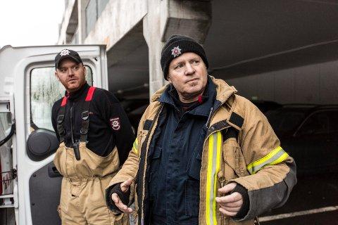 Båtvrak langs kysten utgjer eit stort problem, men ingen til ta ansvaret. Nils Medaas (t.h.) i Meland og Lindås brannvern er lei.