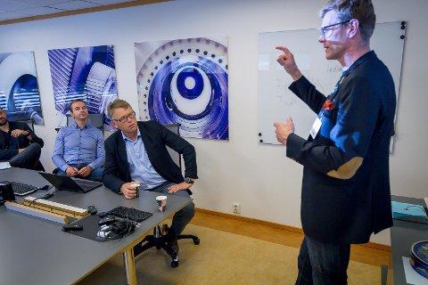 Terje Breivik, Venstre fortel her dagleg leiar Oddbjørn Haukås Jacobsen i Framo Flatøy og hans leiarkollegaer Sigve Gjerstad, som er teknisk direktør og Richard Sulen, produksjonssjef, om fornybarfondet og moglegheitene det kan gje Framo Flatøy.
