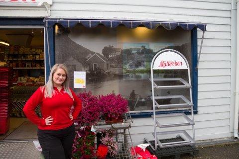 Dagleg leiar Therese Vik er både glad og takksam for at Matkroken-butikken ho styrar på Hjelmås er blitt kåra til årets beste butikk.