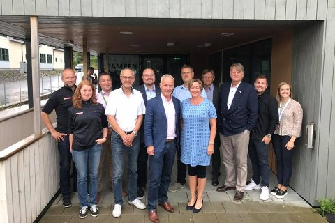 Kommunal- og moderniseringsminister Jan Tore Sanner (H) var på Knarvik-besøk onsdag. Lindås-ordførar Astrid Aarhus Byrknes (KrF) tok han med til Industriutvikling Vest i Dampen.