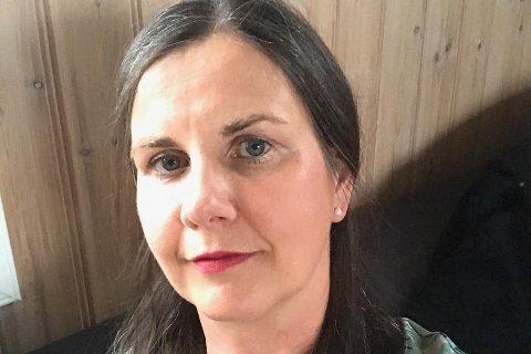 Sandra Herøy stiller gladeleg opp for kunsten på Fedje.