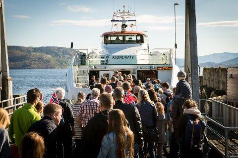 Mange folk ville til Bergen på laurdagen under VM. På 13-avgangen frå Knarvik var det 159 som gjekk om bord. Det betyr at det var 21 plassar igjen til dei som stod på Frekhaug og venta.