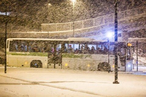 Snø og slaps fører til store forseinkingar i busstrafikken mange stader i Nordhordland. Illustrasjonsfoto: Morten Sæle