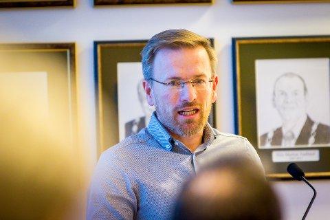 Den nye Alver-rådmannen Ørjan Raknes Forthun har no fått på plass leiargruppa for nye Alver kommune.