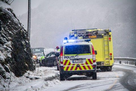 To bilar har kollidert front mot front like etter Utsikten i retning Holmeknappen i Meland.