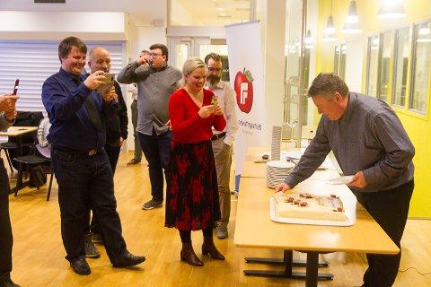 Nyvald leiar i nyoppretta Alver Frp Dag Erik Hagesæter spretter marsipankaka medan fylkesstyret og Stortingsrepresentant Silje Hjemdal er blant dei som festar det historiske kakestykket til filmen.