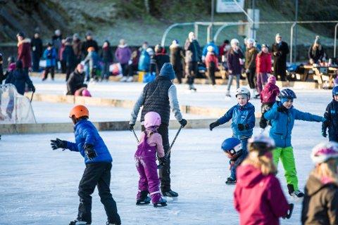 Nok ein gong kan skøyteglade stor og små kosa seg på nylagt is ved Meland Aktiv, og på lørdag var isen full av folk.