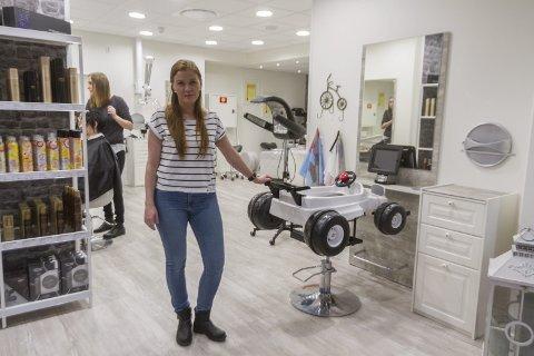 TRAVELT: Det er travle tider for Manger frisør & velvære. Dagleg leiar Liv Marit Klausen ønsker no å tilsette fleire.