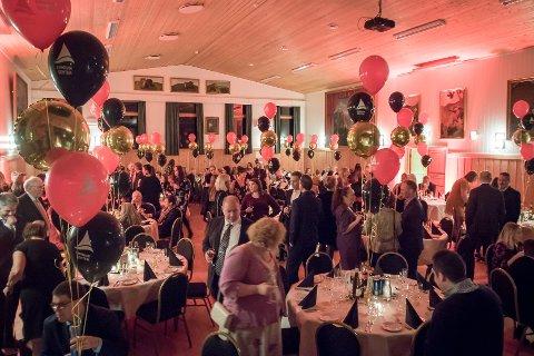 40-års jubileumsfest for Knarvik senter i Strilatun. Strilatun kledd for fest.