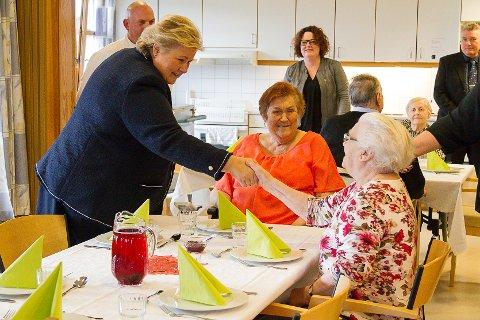 – Det var heilt fantastisk fint og kjekt. Ho er jo så alminneleg, seier Kjellaug Hindenes (t.h.), ein av bebuarane på Knarvik sjukeheim som fekk sjølvaste statsminister Erna Solberg til bords under middagen tysdag ettermiddag.
