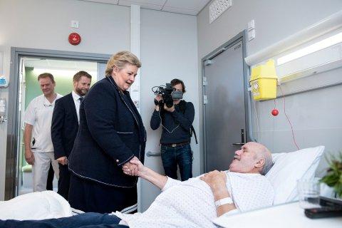 Statsministar Erna Solberg og helseminster Bent Høye helsa på lindåsingen Ove Bjarne Hindenes etter opningsseremonien. Foto: SKJALG EKELAND