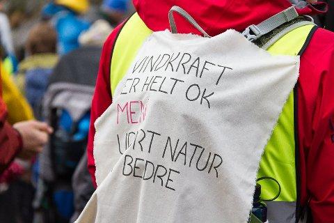 Bergen og Hordaland Turlag arrangerte støttemarsj for Stølsheimen i protest mot utbygging av vindkraftturbinar i fjor haust.