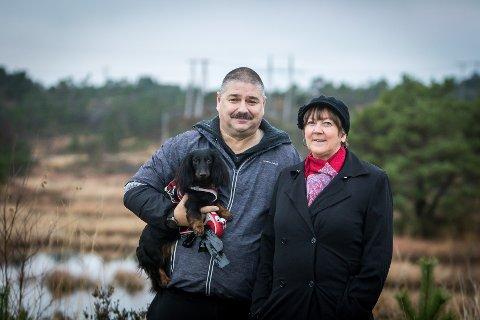 Posisjonen i Lindås vil berre bygga ut 300 bustader i Lonene. Her ved leiar i Plan og miljøutvalet, Ståle Hauge og Lindås-ordførar Astrid Aarhus Byrknes.