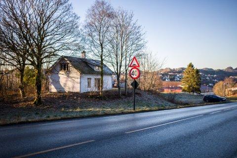 Eit av momenta som fordyrar utbygginga av Alversund skule er lemstova som ligg langs fylkesvegen, som må flyttast for å gi plass til innkøyringa til den nye skulen.
