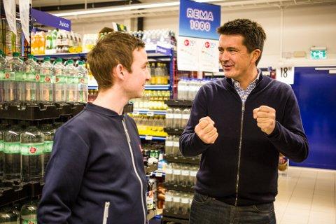 Onsdag fekk kjøpmann Anders Duesund på Mongstad besøk av toppsjefen i Rema-kjeden, Ole Robert Reitan.