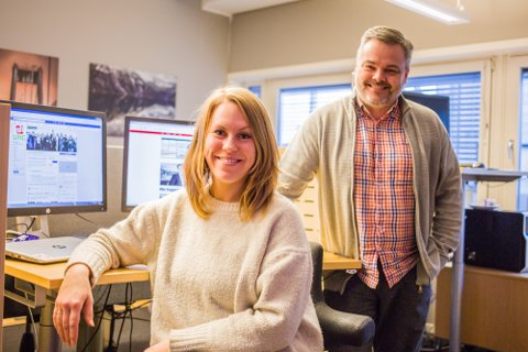 GLER SEG: Irene Bratteng Fossheim og  Morten Sæle skal leie ungdomsredaksjonen. Dei to gler seg til å møte fleire unge journalistspirer frå Nordhordland.