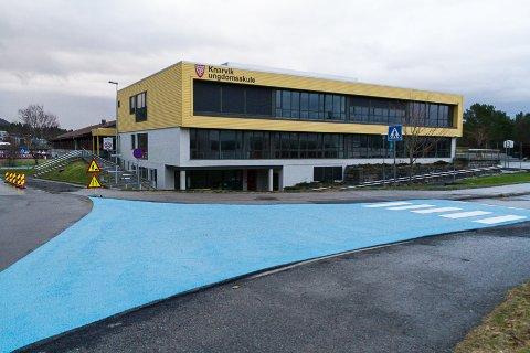 Det har kome to gangfelt ved Knarvik ungdomsskule. Det eine ligg mellom parkeringsplassen og hovudinngangen til skulen, medan det andre mellom ungdomsskulen og Knarvik Videregåande skule.