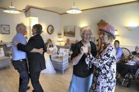 SVINGA SEG I DANSEN: - Supert at dagsenteret arrangerer slike festlege opplegg, synest Marie Hvidsten (96), som her svingar seg i dansen med dagsenter-leiar Rebekka Vågenes.