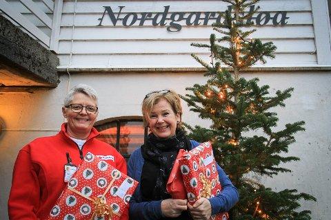 JULEGÅVEAKSJON: Leiar for gåveprosjektet, Sissel Monsen frå Raude Kors, saman med leiar for Frivilligsentralen i Meland, Nina Randal.