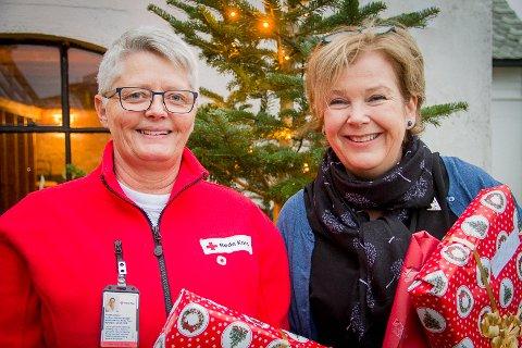 Leiar for gåveprosjektet, Sissel Monsen frå Raude Kors, saman med leiar for Frivilligsentralen i Meland, Nina Randal.