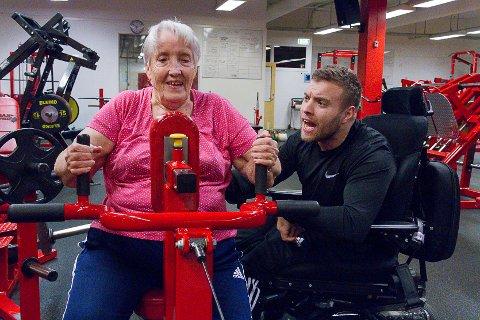 Tre gonger i veka møtest Gunnhild Sagstad (82) og  Frode Fyllingsnes (28) på Max Fitness på Frekhaug, kor det står styrketrening på programmet.