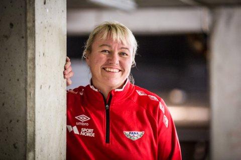 PÅ RADØY: – Eg har ikkje familie på Radøy, men har bore på den draumen mange bergensarar gjerne har om å flytta på landet, seier Cecilie Leganger. Seinare viste det seg at ho likevel har famileband til staden.