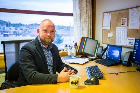 Rektor Morten Olsen Schulstad ved Knarvik ungdomsskule  rosar elevane og tilsette ved skulen
