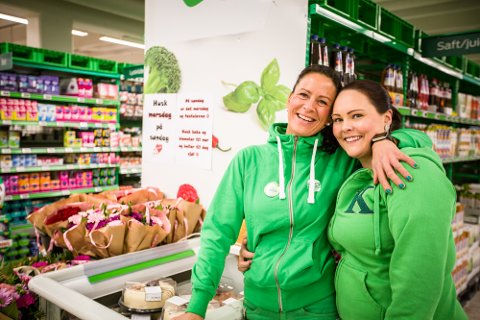 Butikksjef Janicke Kvalheim har vore i butikken i snart 17 år, assisterande butikksjef Linn Therese Storheim snart 12. – Det er kjempevemodig at det no er slutt, seier dei to.
