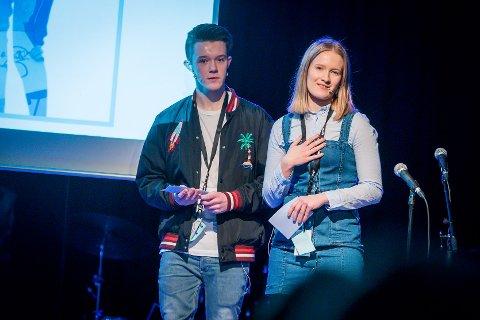 Thea Risøy og Benjamin Gundersen Barstad gjekk begge vidare til fylkesfestivalen som konferansier.