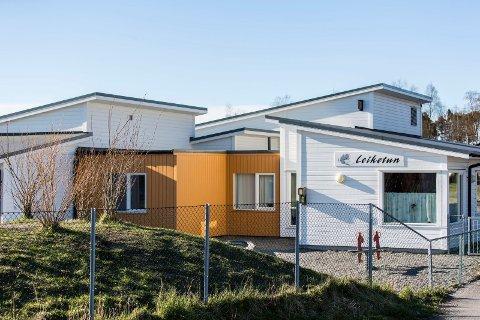En fem år gamal gut ligg alvorleg skadd på Haukeland sykehus etter ei fallulykke ved Leiketun barnehage i Meland.