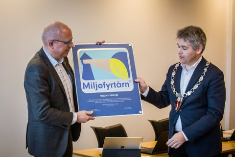 Ordførar Øyvind H. Oddekalv overrekte Miljøfyrtårn-diplomet til rådmann Martin W. Kulild.