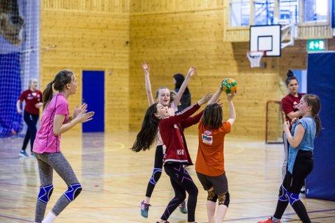 Lørdag arrangerte jenter 15 i Nhil Håndballens dag for 32 spelarar frå 10-14 år.
