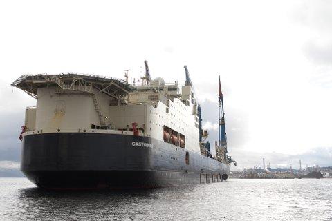 Med Statoil Mongstad i bakgrunnen ser ein det enorme skipet «Castorone», som er med på å skape ny, norsk oljehistorie.