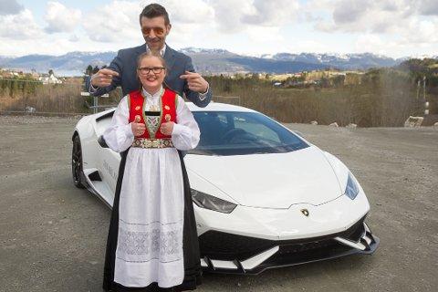 – Dette var rått. Eg hadde aldri forventa at noko så kult skulle skje, seier Amalie Rongved. Bak ho står Kaj Alver som laga avtalane om å låne bilen.
