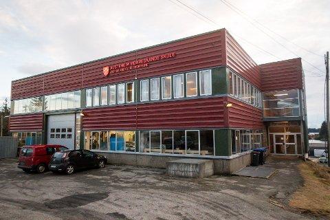 Det er i dette bygget elevane ved restaurant og matfaglinja på Austrheim VGS skal få boltra seg, om dei vert nok elevar.