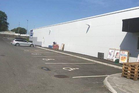 Alle handicap-plassane utanfor Rema 1000 på Manger er igjen klare til bruk - etter at butikksjefen søndag fekk fjerna sommarvarene som stod der.