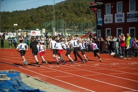 På Knarvik stadion samla det seg i 2018 over 1300 løparar frå 6. – 9. klasse, fordelt på 135 lag frå 25 skular. Kor mange som vil delta i år er vanskeleg å seie.