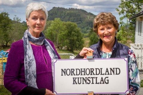 Laila Gangstad (t.v.) og Åshild Ståløy er begge medlem av Nordhordland kunstlag, og har fleire maleri på utstilling i helga.