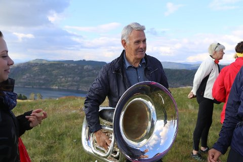 – Ei oppleving å koma opp her og veldig kjekt å få vera med å spela Alver-vignetten, seier Knut Sagstad, som spelar tuba i Meland musikklag.